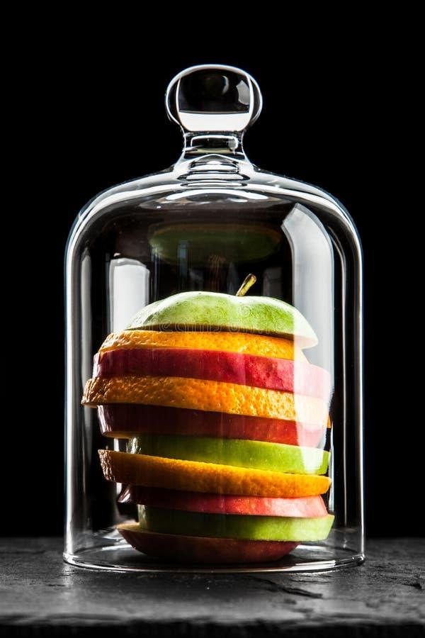Fette della frutta su fondo nero fotografie stock