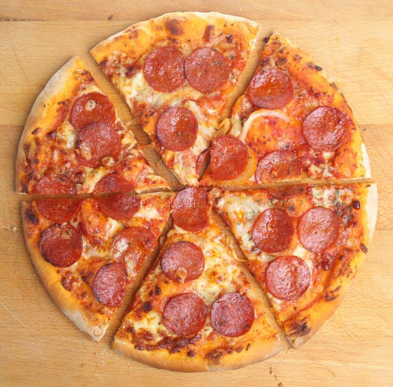 Fette della pizza di merguez immagine stock