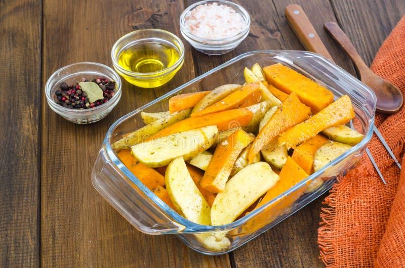 Fette della zucca e della patata cruda per cuocere fotografia stock libera da diritti