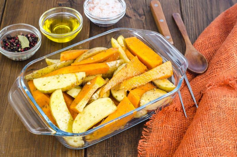Fette della zucca e della patata cruda per cuocere immagine stock