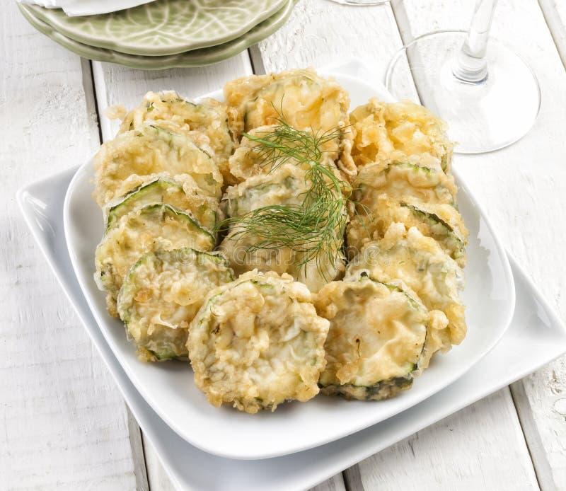 Fette dello zucchini in tempura immagini stock libere da diritti