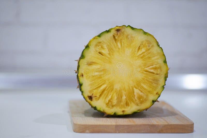 Fette di ananas fresco, ananas inscatolato, isolato su fondo bianco fotografie stock libere da diritti