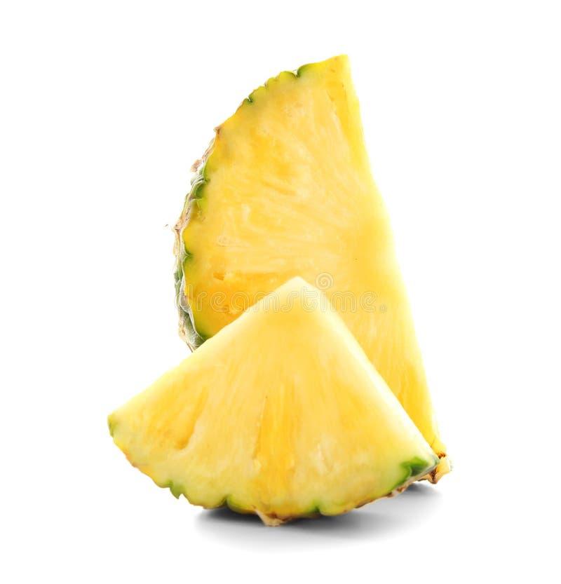Fette di ananas succoso su fondo bianco fotografie stock libere da diritti