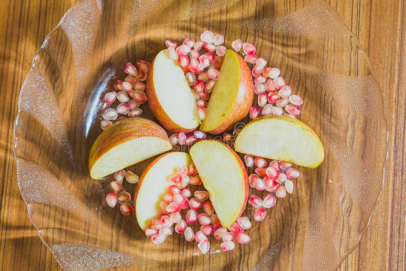 Fette di Apple e semi freschi del melograno fotografia stock