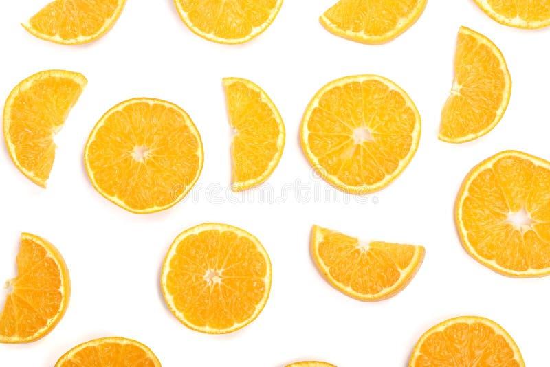 Fette di arancia o di mandarino su fondo bianco Disposizione piana, vista superiore Composizione nella frutta fotografia stock libera da diritti