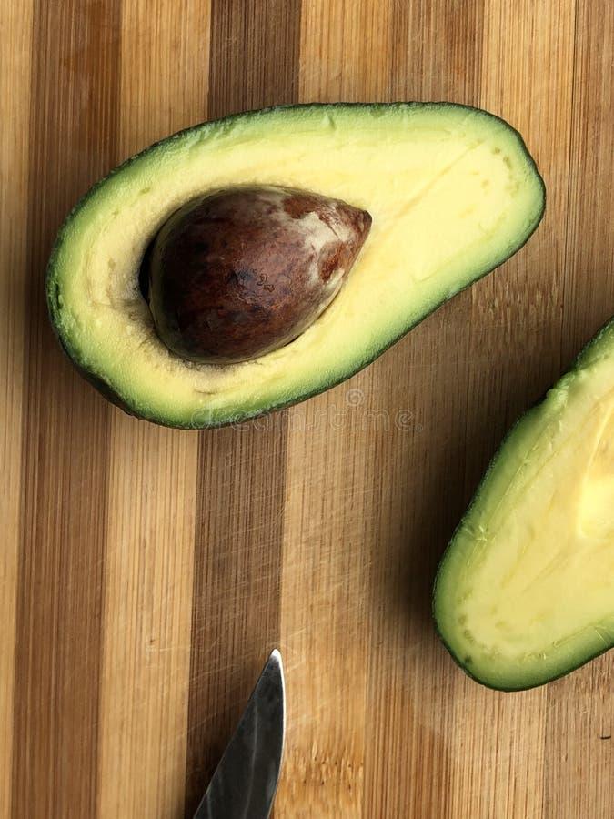 Fette di avocado con il seme immagine stock