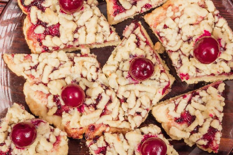 Fette di biscotti di biscotto al burro con la marmellata di amarene e le ciliege congelate immagine stock libera da diritti