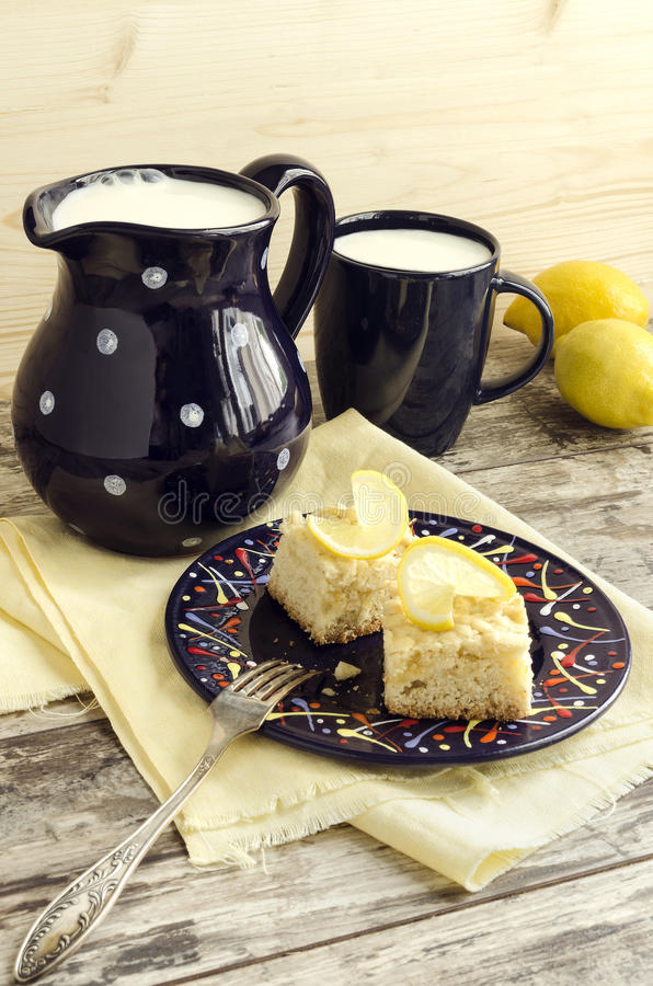 Download Fette Di Briciola Del Limone E Di Tazza Di Latte Immagine Stock - Immagine di background, torte: 55360525