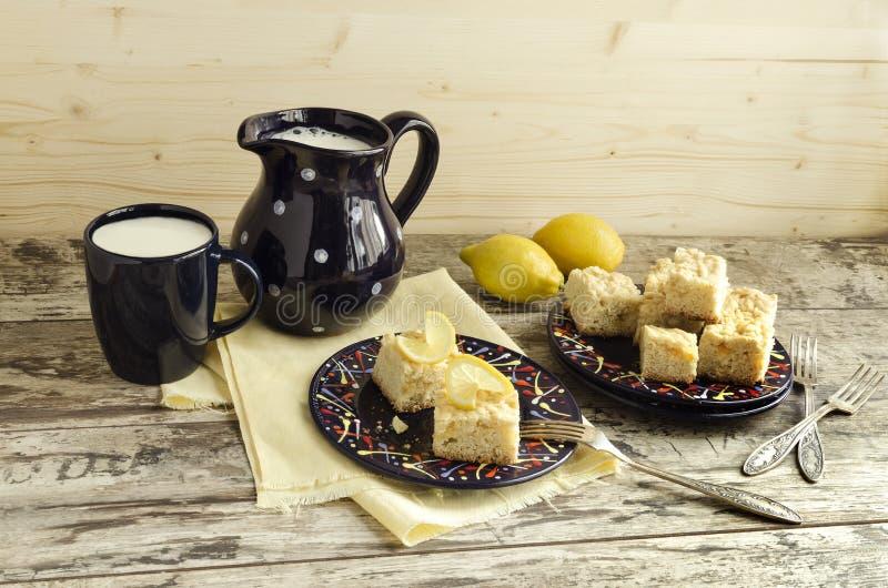 Download Fette Di Briciola Del Limone E Di Tazza Di Latte Fotografia Stock - Immagine di agrume, brocca: 55360532