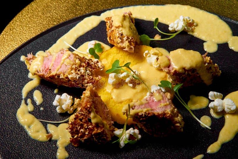 Fette di carne con salsa sul piatto fotografie stock