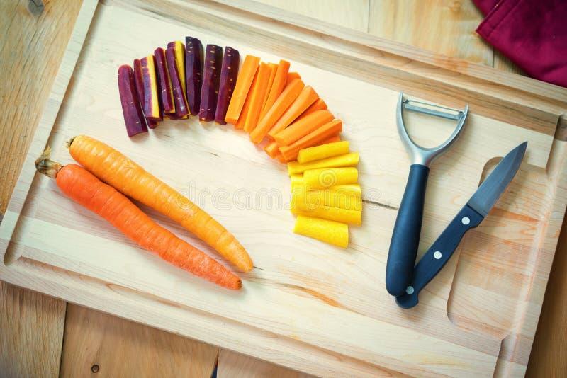 Fette di carote organiche in una tavola di legno fotografia stock libera da diritti