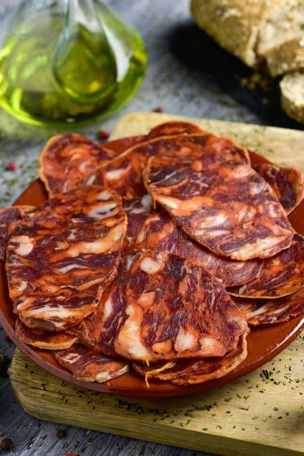 Fette di chorizo spagnolo immagine stock