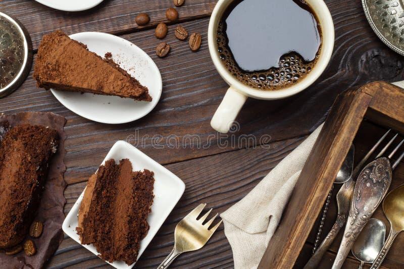 Fette di dolce e di caffè di cioccolato del tartufo sulla tavola di legno fotografia stock libera da diritti