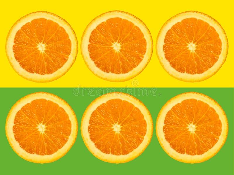 Fette di frutta arancio isolate su fondo pastello giallo e verde variopinto - immagine minimalistic e creativa moderna fresca immagine stock libera da diritti