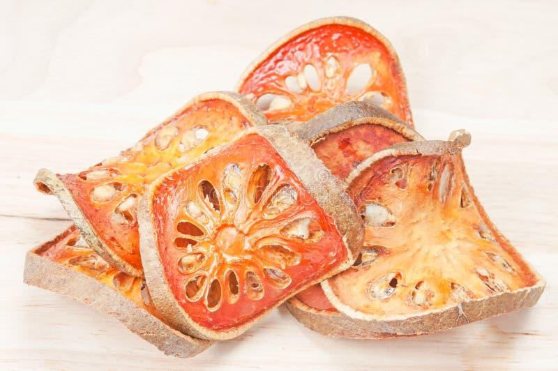 Fette di frutta secca di cotogno del bengala sul pavimento di legno fotografia stock libera da diritti