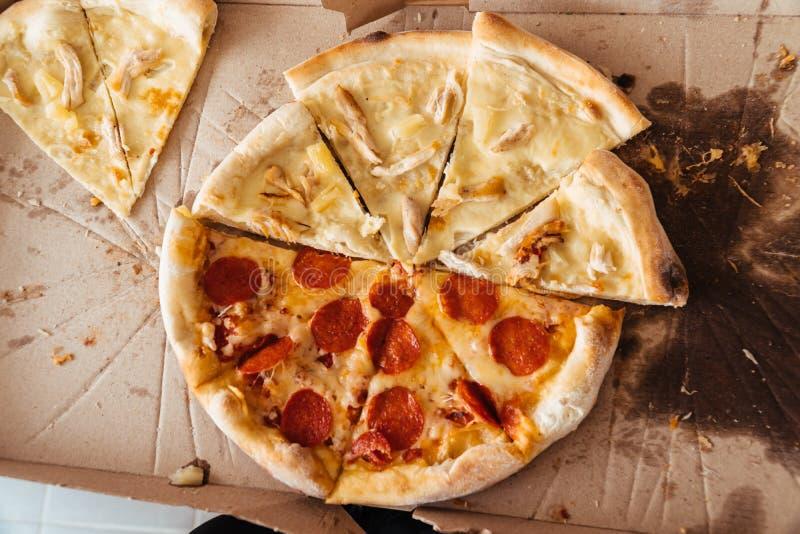 Fette di pizza con differenti guarnizioni nello stile di vita della scatola del fumetto immagini stock libere da diritti