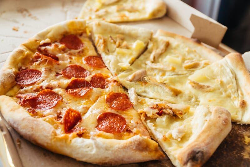 Fette di pizza con differenti guarnizioni nello stile di vita della scatola del fumetto immagini stock