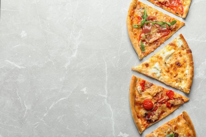 Fette di pizza deliziosa su fondo leggero fotografia stock libera da diritti