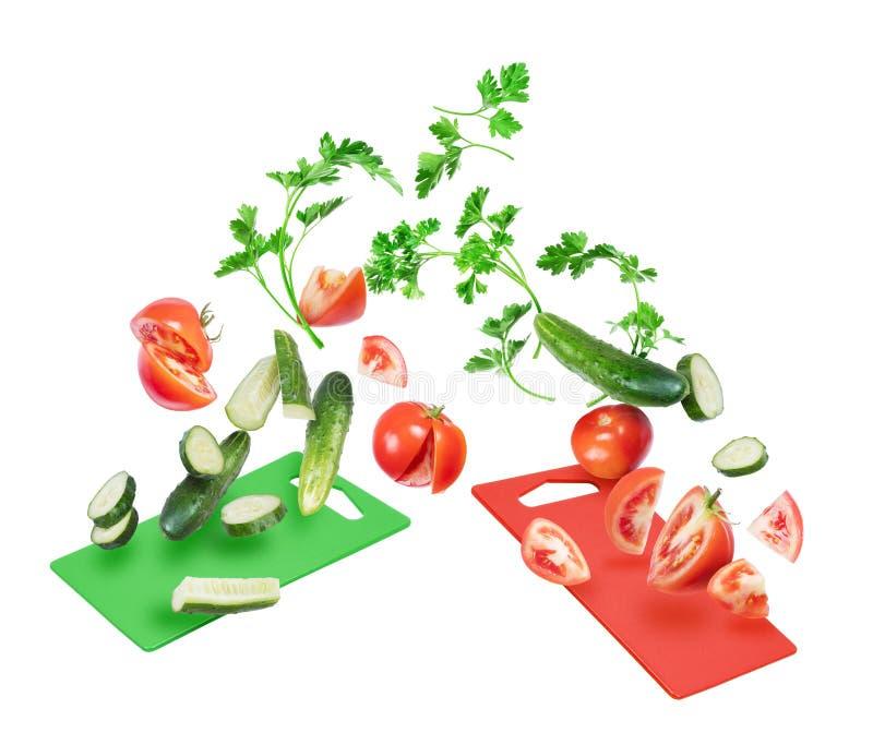 Fette di pomodori e di cetrioli con con le foglie del prezzemolo fotografie stock libere da diritti