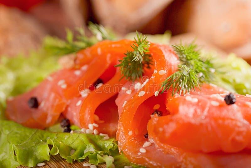 Fette di salmone affumicato con aneto, il pepe di peperoncino rosso, i pomodori ed il Br fotografia stock