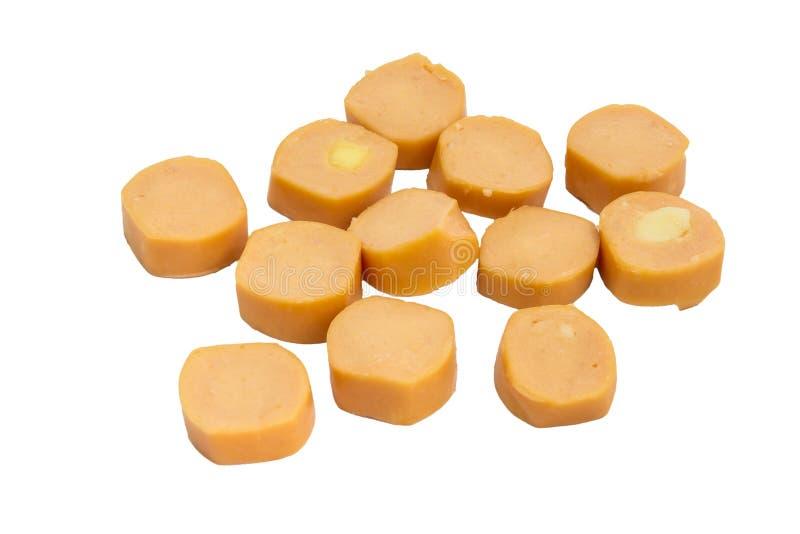 Fette di salsiccia cruda della salciccia isolata su fondo bianco fotografia stock