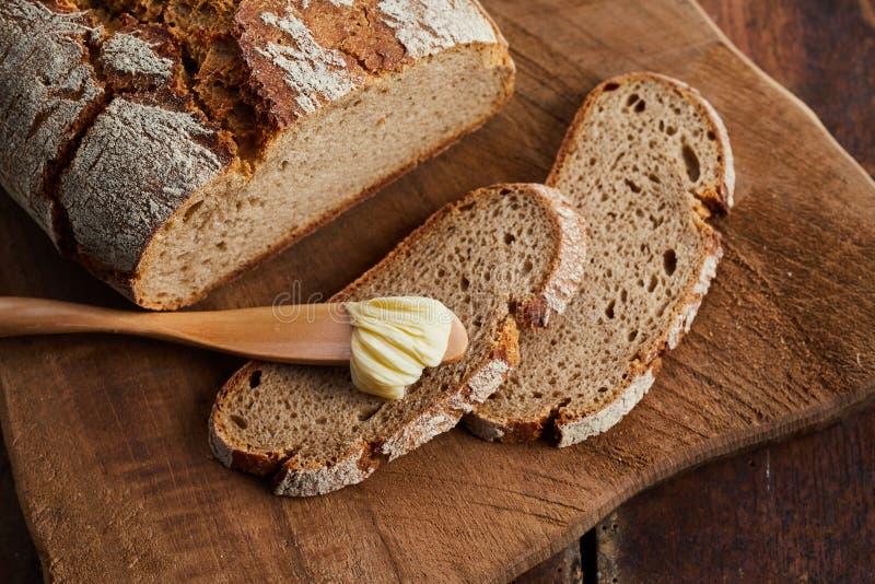 Fette e pagnotta di pane di segale crostoso fresco immagine stock libera da diritti