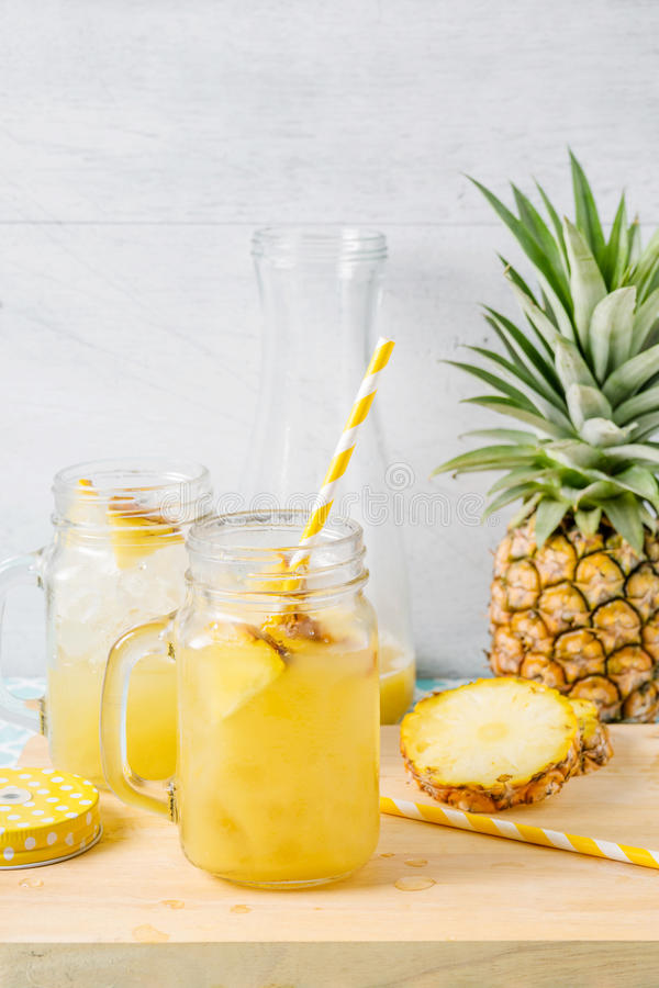 Fette e succo dell'ananas in cristalleria fotografia stock