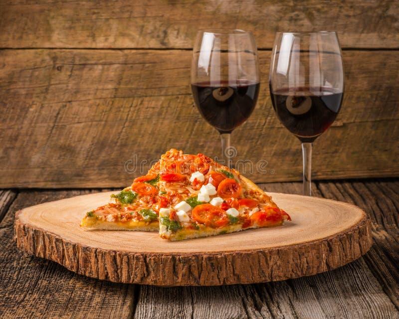 Fette e vino della pizza immagine stock