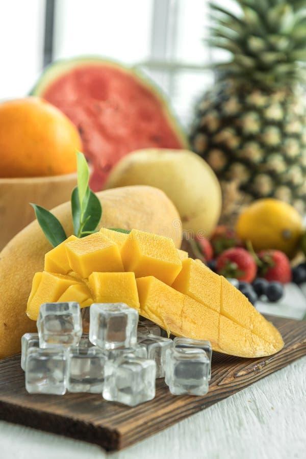 Fette famose del mango di Alphonso sopra fondo di legno, immagine del fuoco selettivo fotografia stock