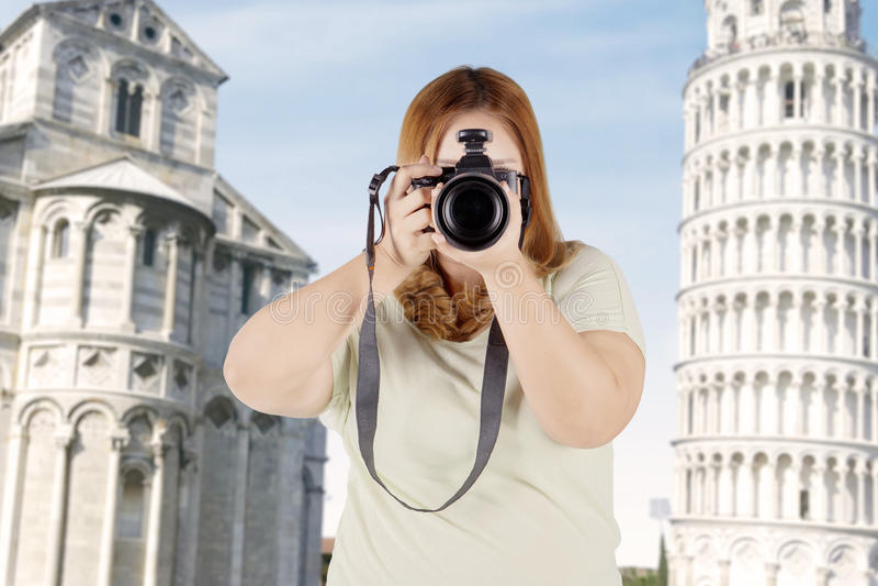 Fette Frau mit Digitalkamera in Italien lizenzfreies stockfoto