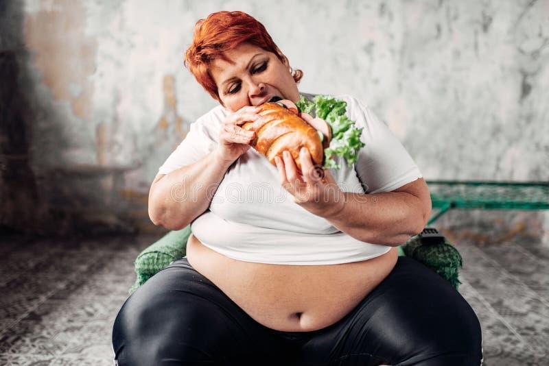 Fette Frau Sitzt Im Stuhl Und Isst Das Sandwich, Bulimisch