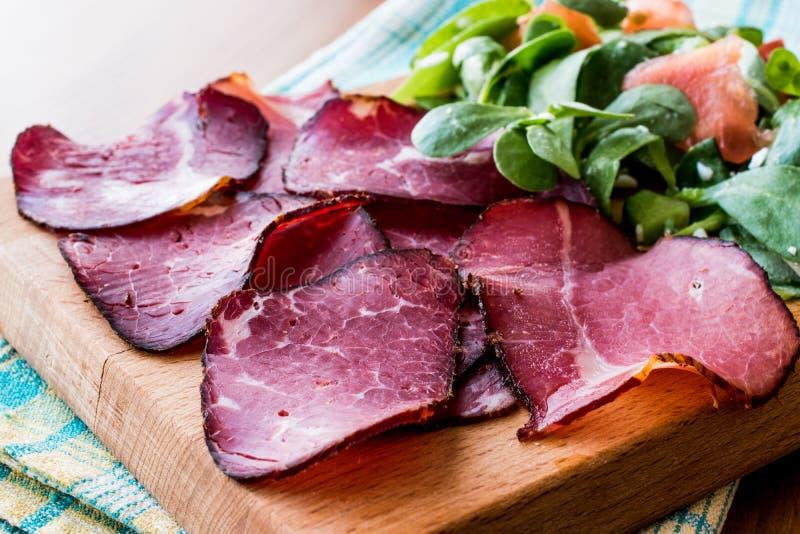 Fette fumate e secche della carne con insalata/kuru et fotografia stock libera da diritti