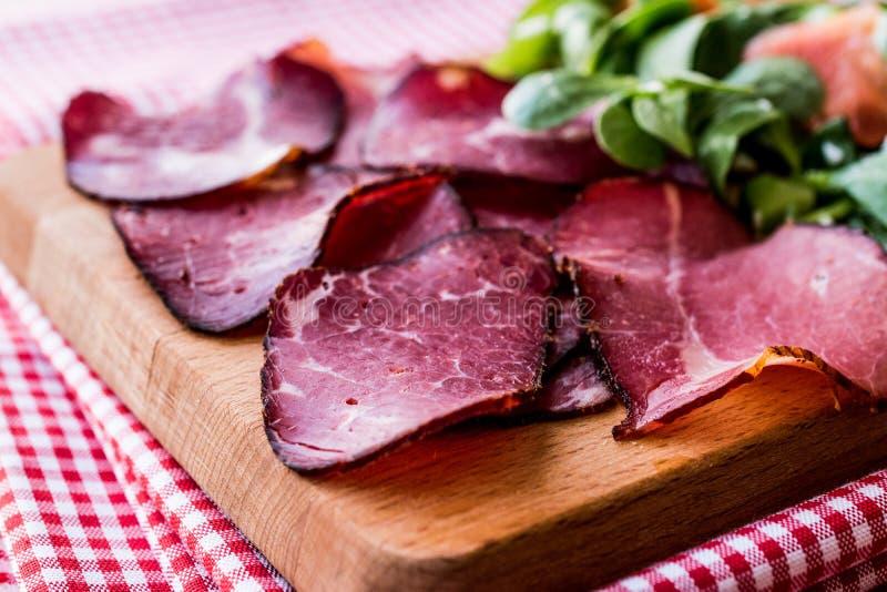 Fette fumate e secche della carne con insalata/kuru et immagine stock libera da diritti