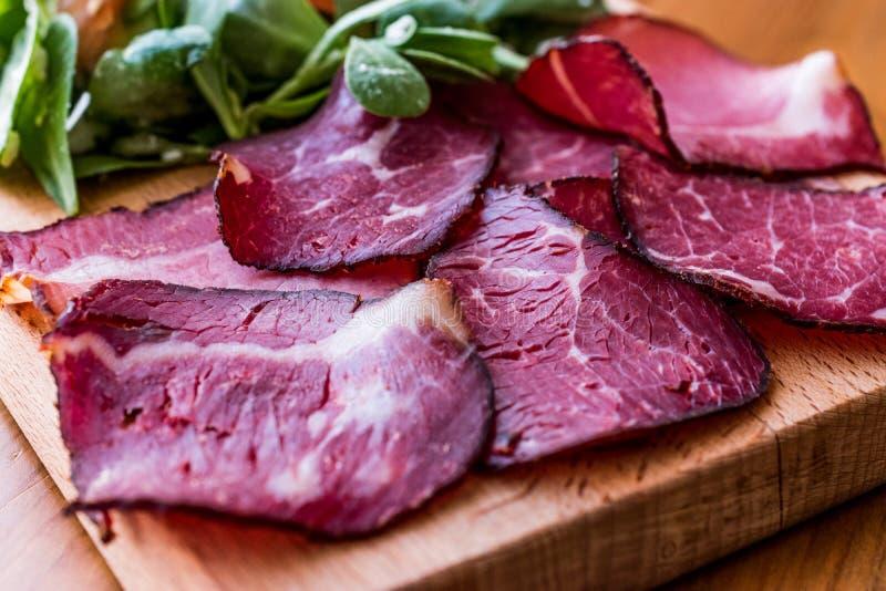 Fette fumate e secche della carne con insalata/kuru et fotografie stock libere da diritti