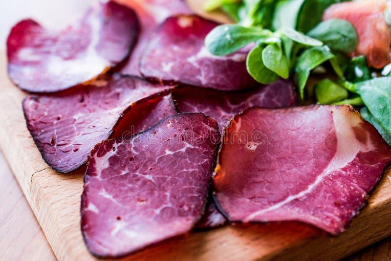 Fette fumate e secche della carne con insalata/kuru et immagine stock