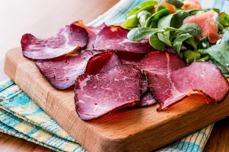 Fette fumate e secche della carne con insalata/kuru et fotografia stock
