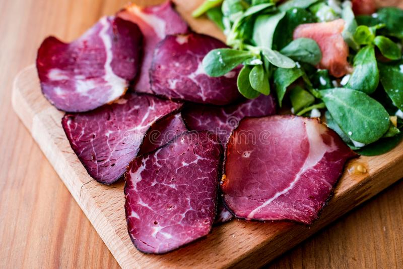 Fette fumate e secche della carne con insalata/kuru et immagini stock