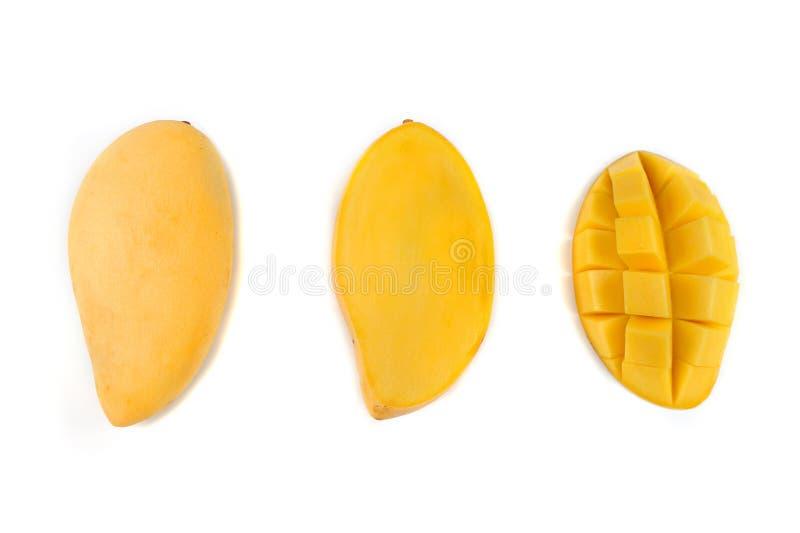 Fette gialle del mango isolate su fondo bianco immagini stock libere da diritti