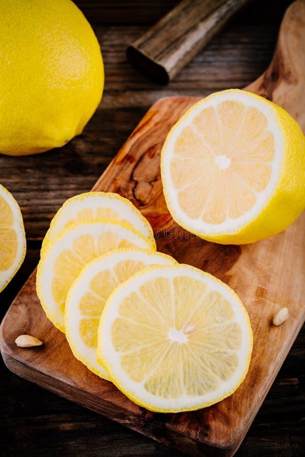 Fette mature fresche del limone su fondo di legno fotografia stock libera da diritti