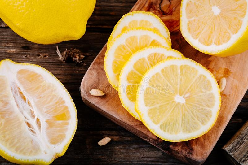 Fette mature fresche del limone su fondo di legno fotografia stock