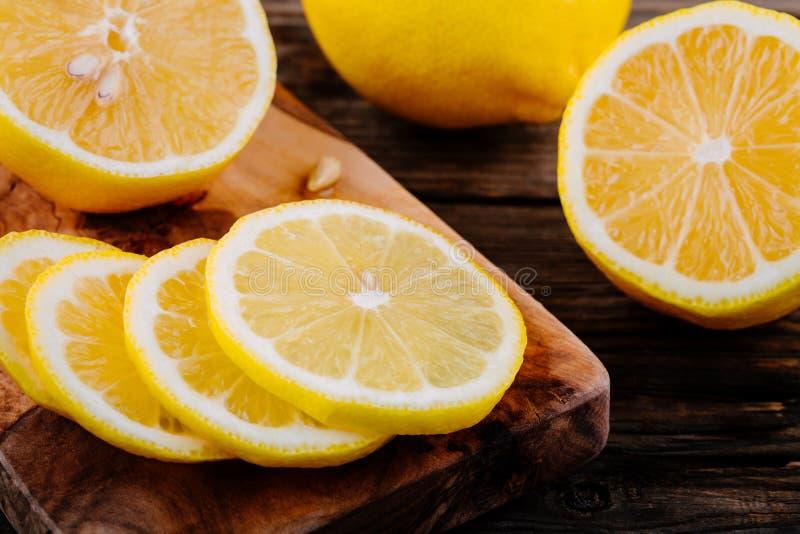 Fette mature fresche del limone su fondo di legno fotografie stock libere da diritti