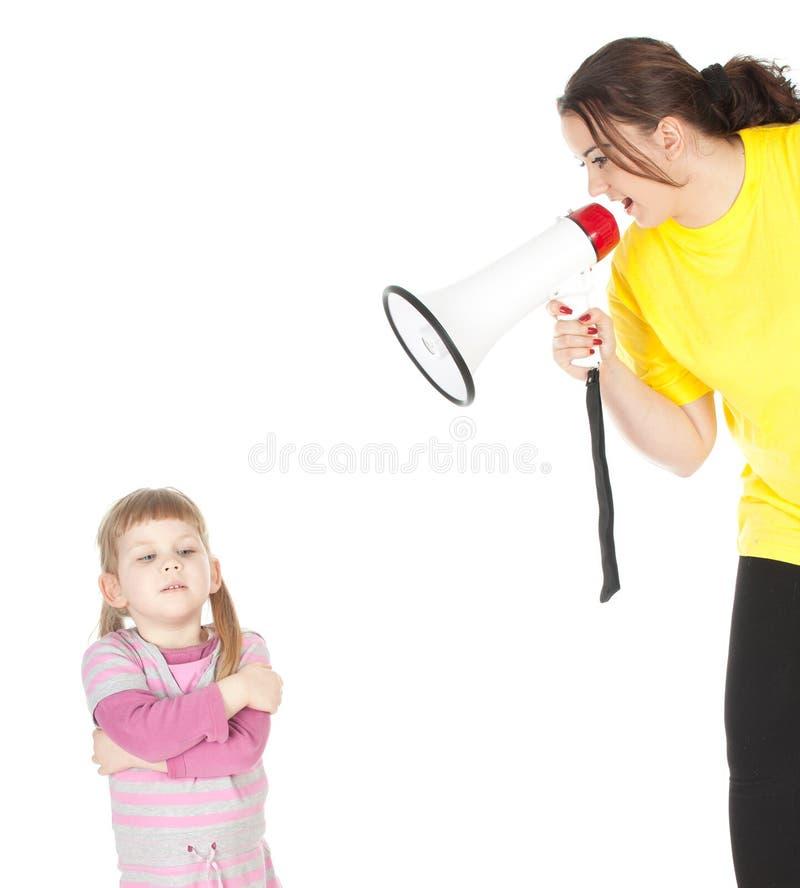 Fette Mutter mit Megaphon und kleinem Mädchen stockfotografie