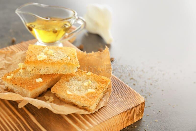 Fette saporite del pane francese dell'aglio fotografia stock libera da diritti