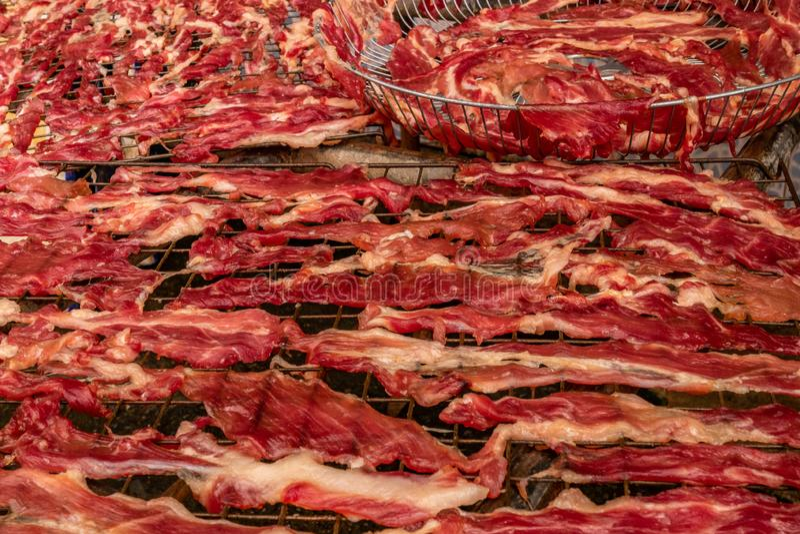 Fette secche della carne su una griglia d'acciaio fotografia stock