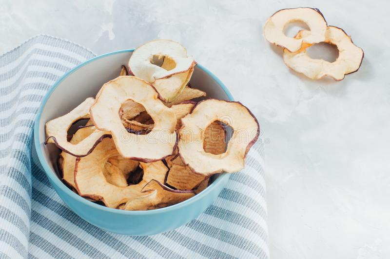 Fette secche della mela in una ciotola blu fotografia stock