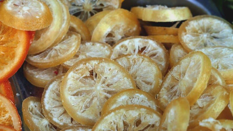 Fette secche e candite del limone da vendere ad un mercato del ` degli agricoltori fotografia stock libera da diritti