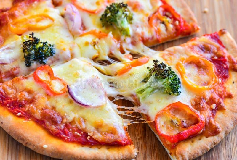 Fette vegetariane fresche della pizza del forno immagine stock