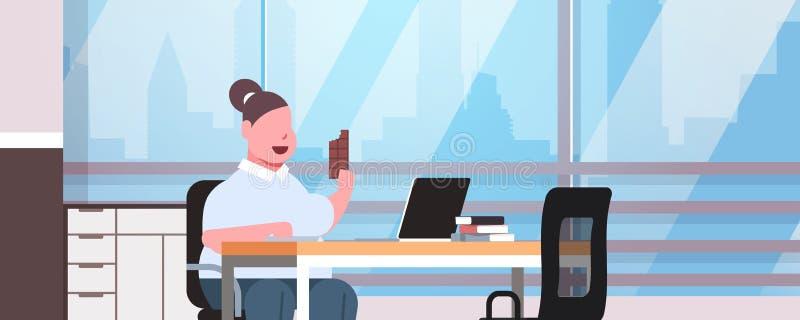 Fetter beleibter Frauenmanager, der den Laptop isst der fetthaltigen überladenen sitzendes modernes Büro des Arbeitsplatzes Mädch lizenzfreie abbildung