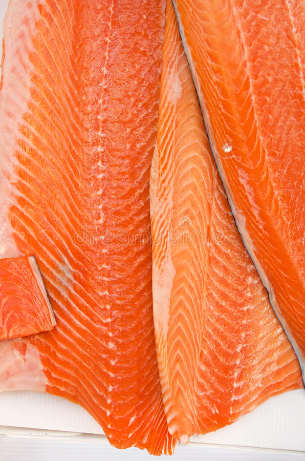 Fetthaltige Lachsverkleidungen frisch am Markt lizenzfreie stockbilder