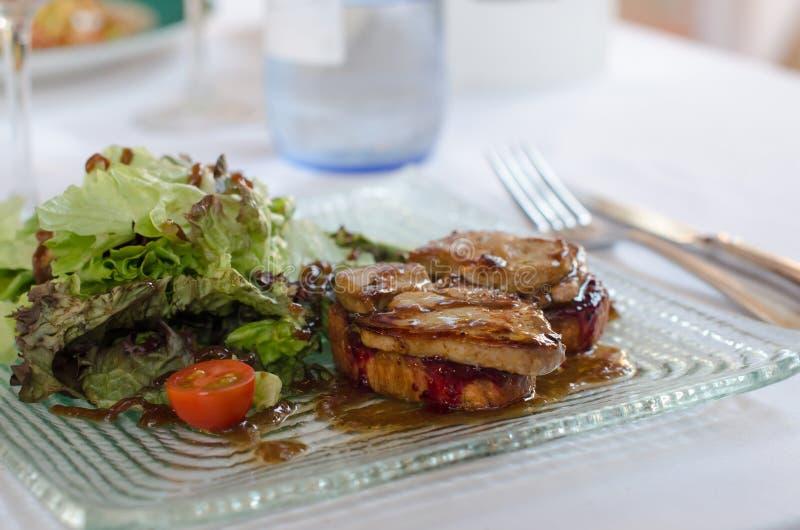 Fettleber, Gansentenleber mit grünem Salat auf Platte im Res stockbilder